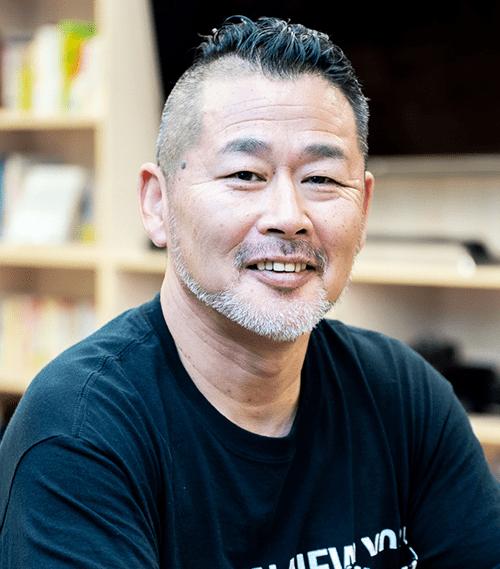 藤村 忠寿(Fujimura Tadahisa)氏 北海道テレビ放送 (HTB) /コンテンツビジネス局エグゼクティブディレクター。1996年にチーフディレクターとして『水曜どうでしょう』を立ち上げる。以降、地方局としては異例の全国的な大ヒット番組に。現在、母校である北海道大学公共政策大学院フェローも兼任。